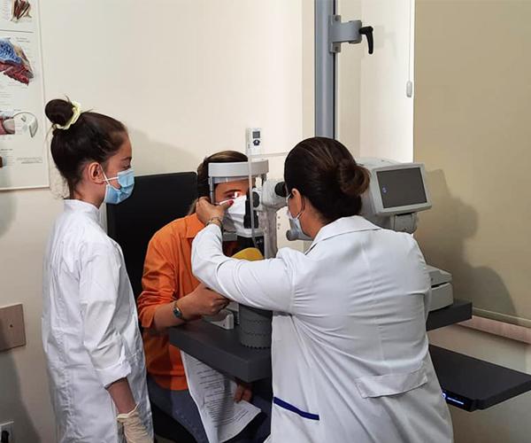 ბავშვები ექიმის ამპლუაში და ჟურნალისტი პაციენტის როლში